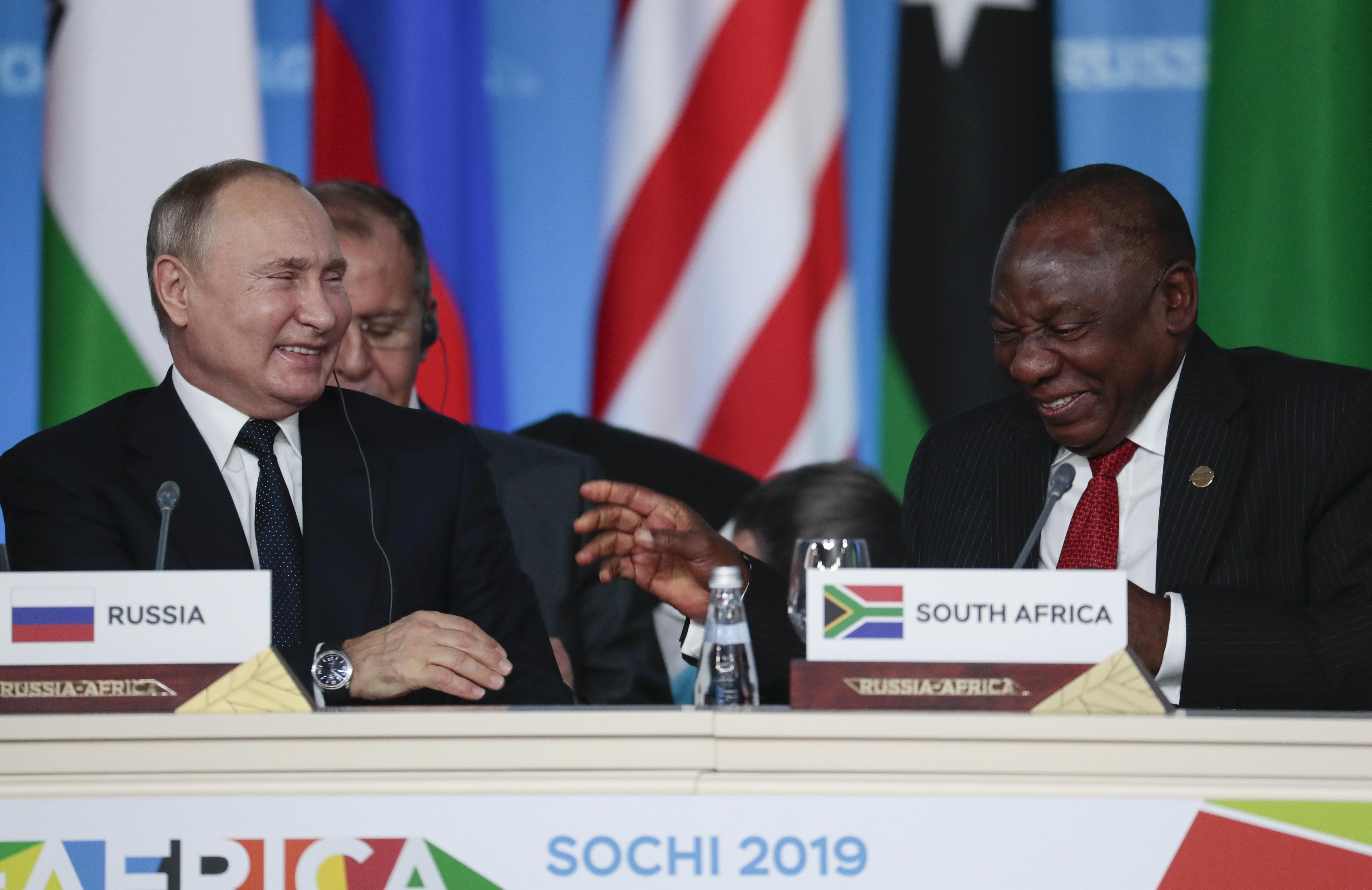 Vladimir Poutine et le président sud-africain Cyril Ramaphosa, le 24 octobre 2019.