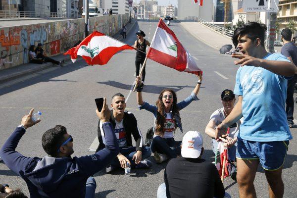 Des manifestants à Beyrouth chantent des slogans contre le gouvernement libanais, le 4 novembre 2019.