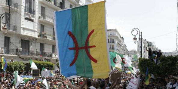Des manifestants brandissant un drapeau amazigh, vendredi 21 juin 2019 à Alger.