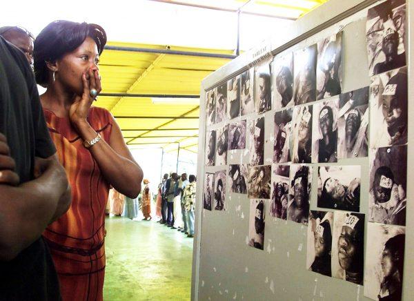En septembre2002, à Dakar, face aux photos des victimes du naufrage du Joola.