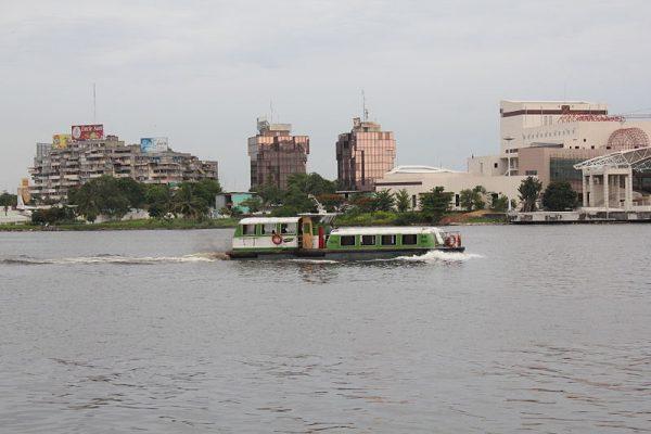 Bateau bus sur la lagune ébrié à Abidjan (Côte d'Ivoire).