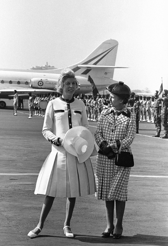 Claude Pompidou et Colette Senghor, le 5 février 1971 à l'aéroport de Dakar.