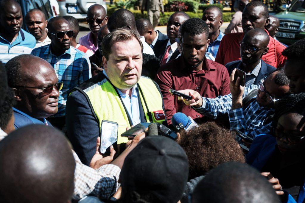 Face aux médias, lors d'une grève du personnel de l'aéroport Jomo-Kenyatta, à Nairobi, le 6mars 2019.