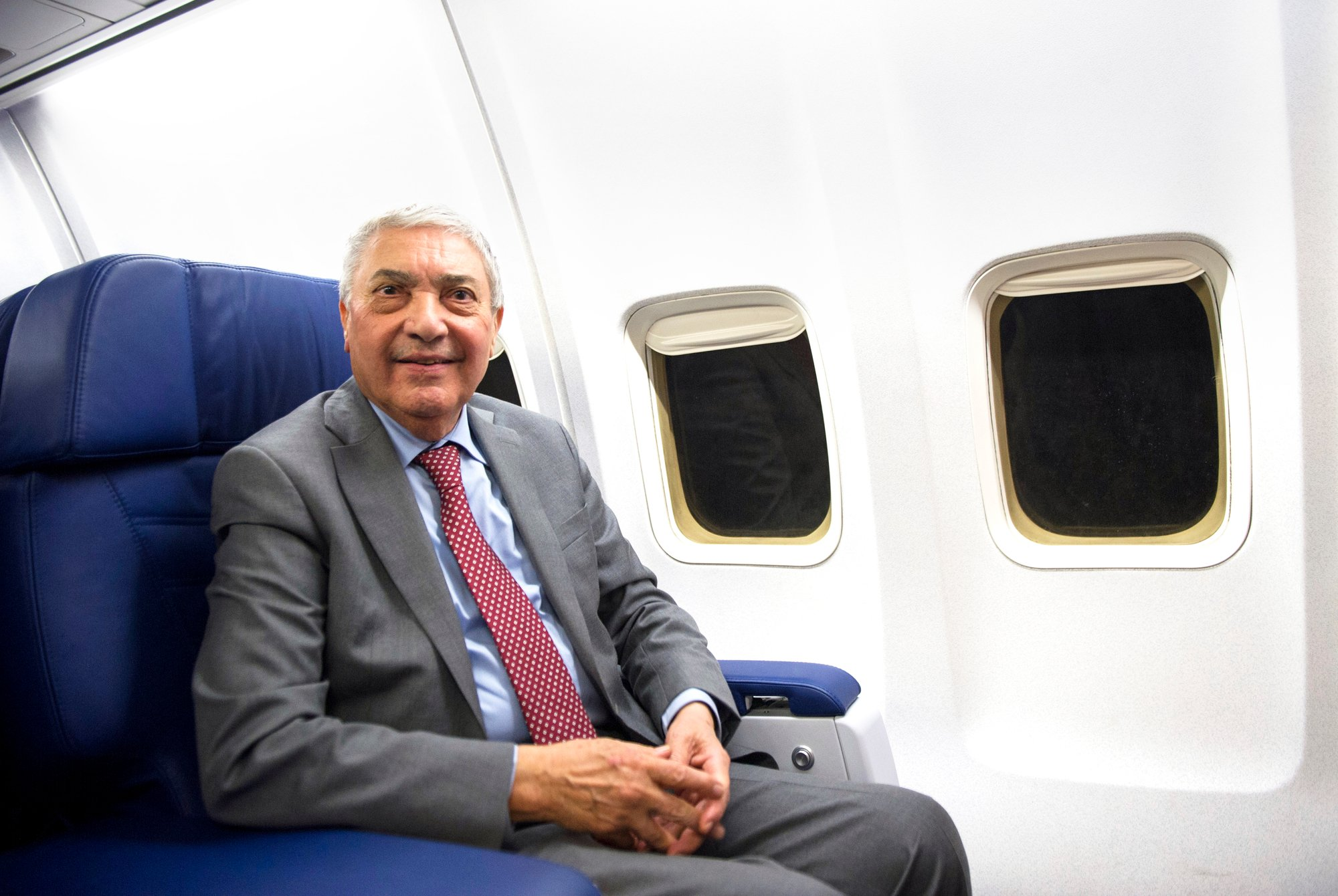 Ali Benflis dans son avion de campagne, le 20novembre.