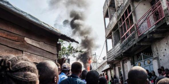 Des habitants après la chute d'un petit avion sur Goma, dans l'est de la RDC, le 24 novembre 2019.