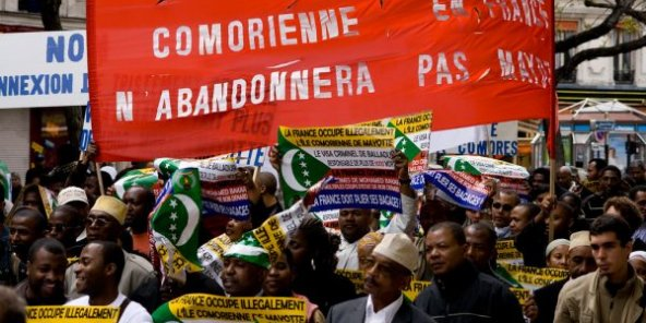 "La disapora comorienne défilant contre ""l'occupation illégale de la France à Mayotte"" à Paris en 2008."