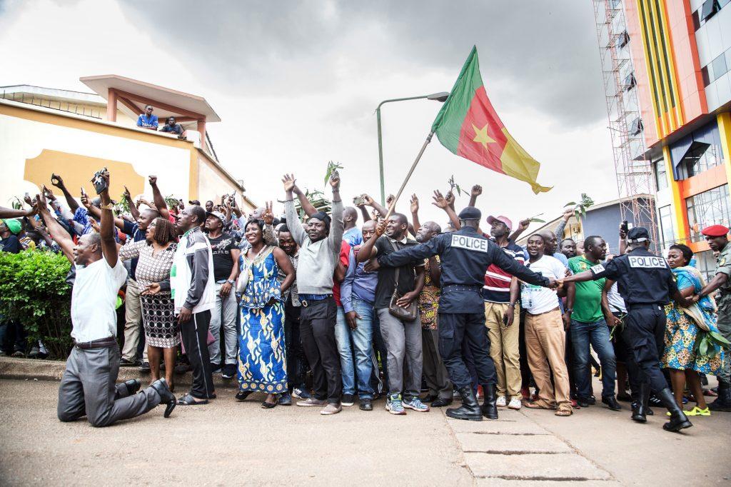 Les partisans de Maurice Kamto attendent sa sortie de prison, le 5 octobre à Yaoundé
