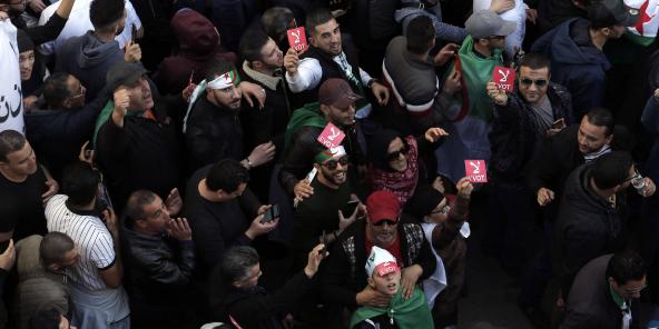 Des opposants à l'élection présidentielle défilant dans les rues d'Alger, vendredi 6 décembre 2019 (image d'illustration).