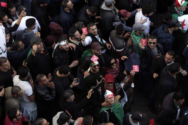 Algérie : des milliers d'étudiants défient le nouveau président