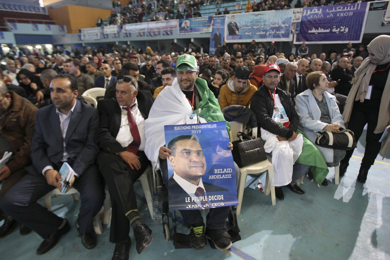 """""""Le peuple décide"""", slogan du candidat Abdelaziz Belaïd pour l'élection présidentielle algérienne du 12 décembre 2019."""