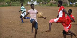 Des femmes soudanaises réfugiées jouent au football, dans un camp ougandais, en juin 2017. Photo d'illustration.
