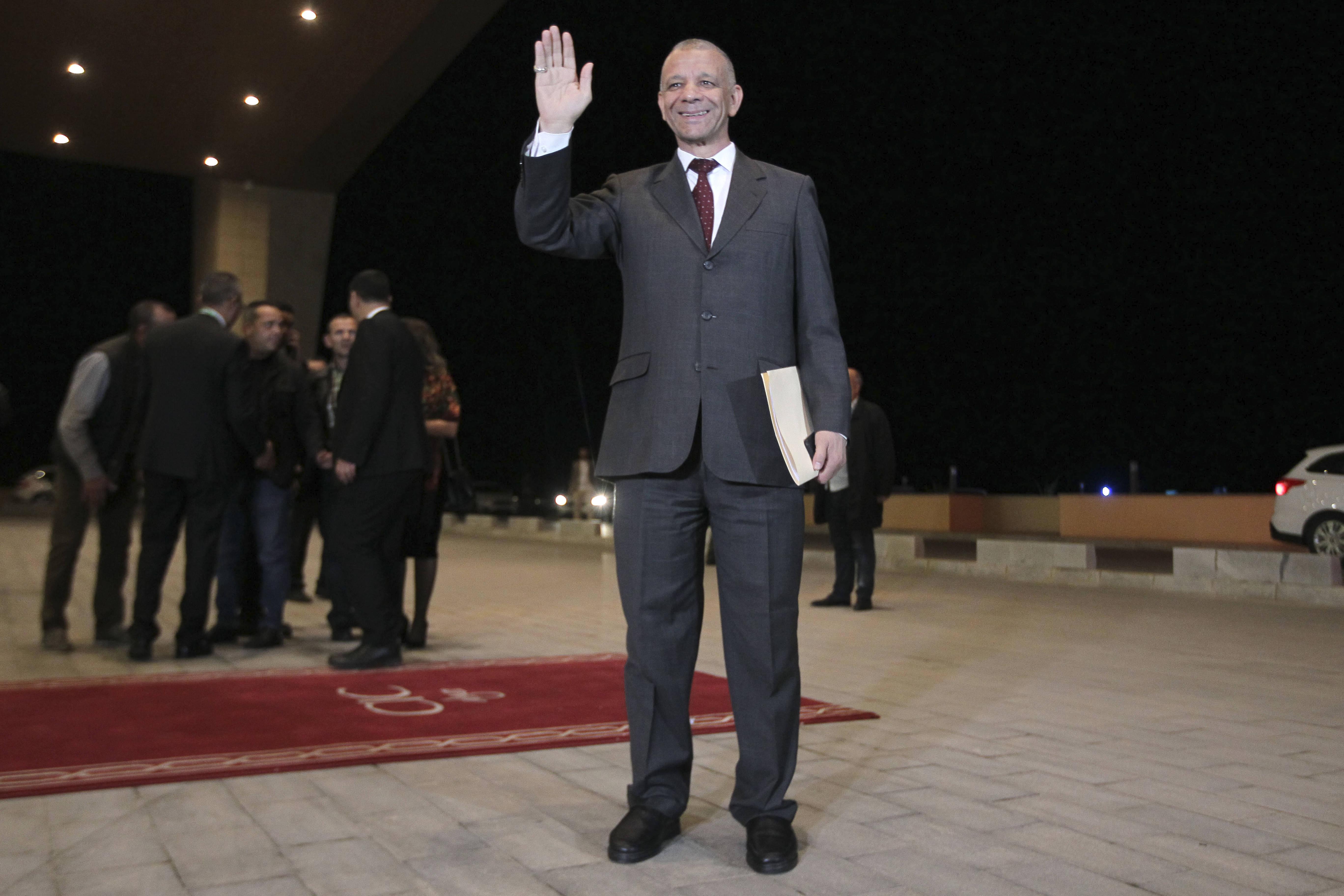 Le candidat Abdelkader Bengrina saluant l'assistance avant de participer au premier débat présidentiel de l'histoire algérienne, vendredi 6 décembre 2019.