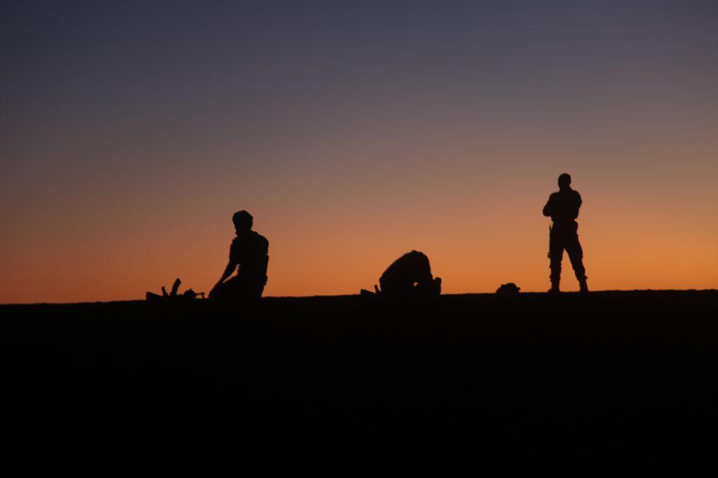 Des combattants du MNLA font la prière du crépuscule le 2 décembre 2019 à Kidal