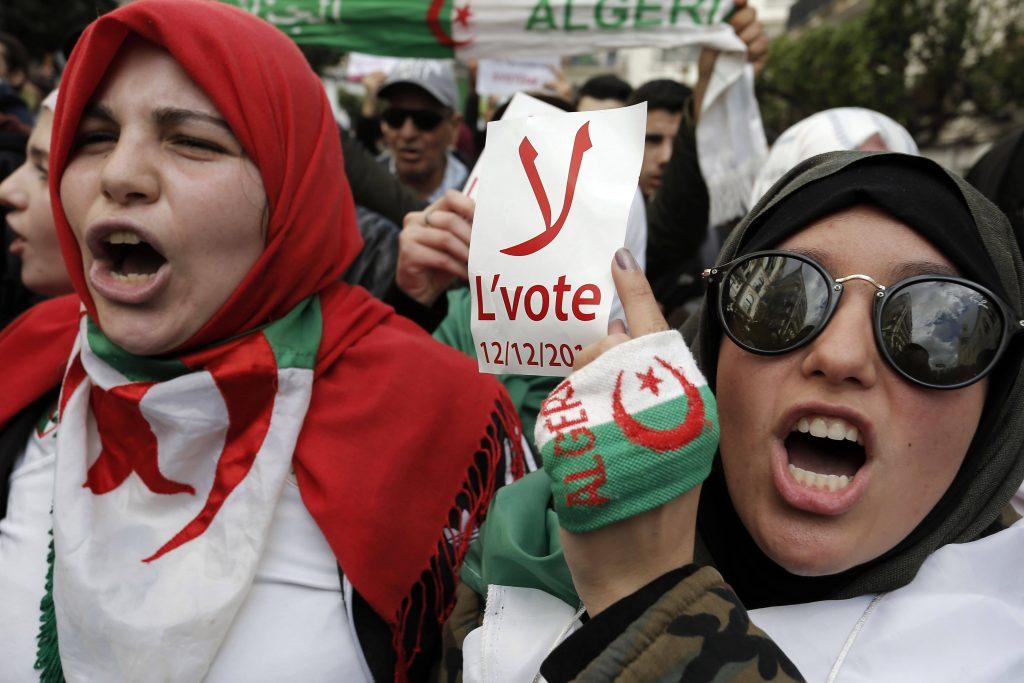 Des étudiantes manifestant contre la tenue de l'élection présidentielle, mardi 10 décembre 2019 à Alger (image d'illustration).