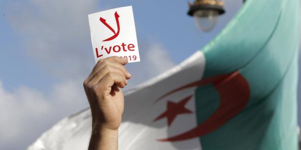 """Un étudiant brandissant une pancarte """"Non au vote"""", mardi 10 décembre 2019 à Alger."""