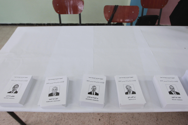 Les bulletins de vote pour les cinq candidats dans un bureau d'Alger, jeudi 12 décembre 2019.