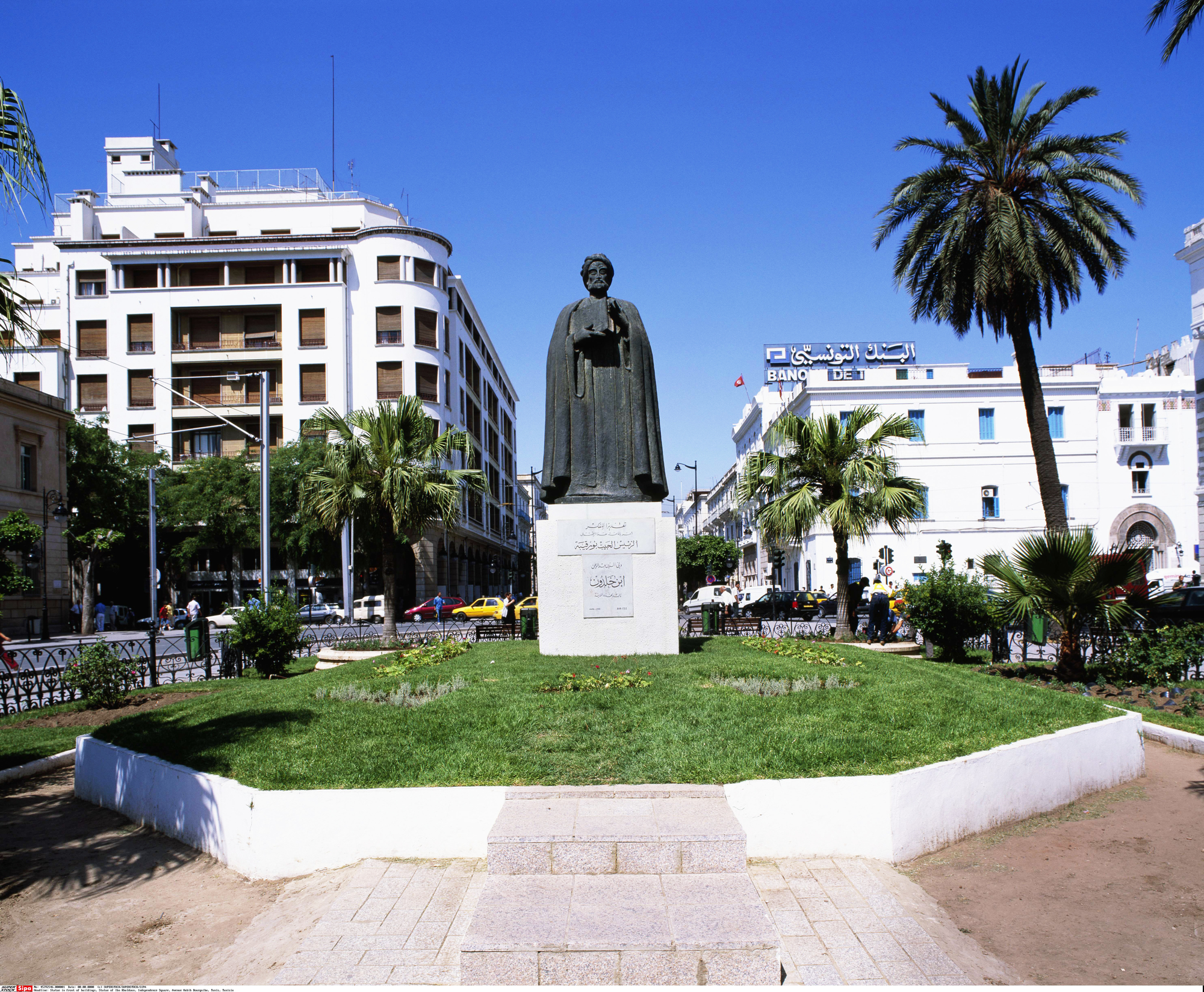 Statue d'Ibn Khaldoun, avenue Habib-Bourguiba, à Tunis.