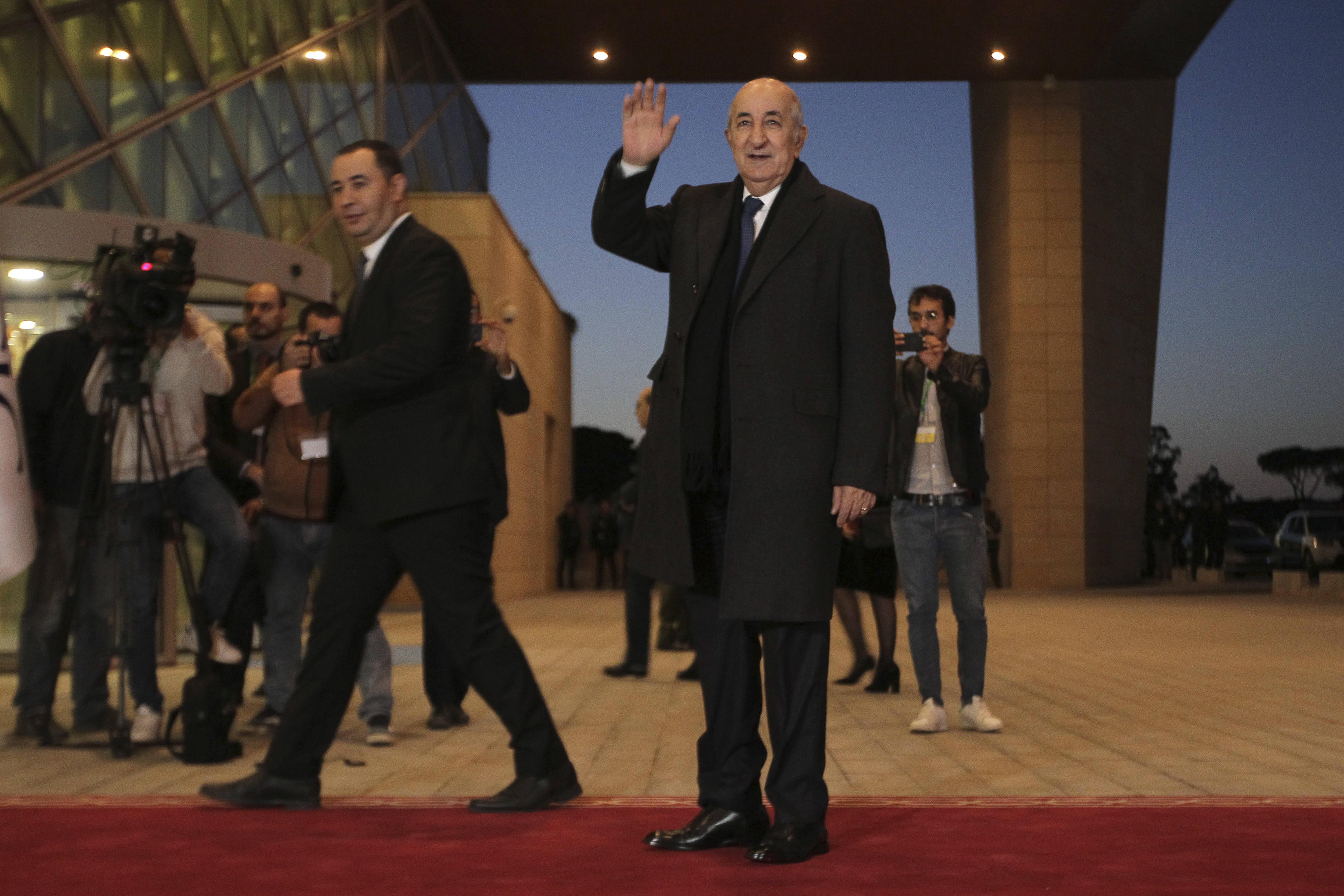 Le candidat Abdelmadjid Tebboune saluant l'assistance avant de participer au premier débat présidentiel de l'histoire algérienne, vendredi 6 décembre 2019.