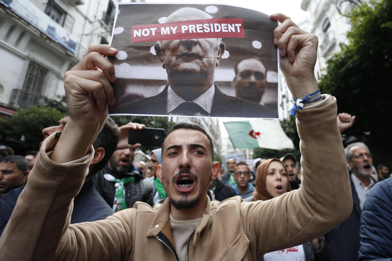 Des manifestants protestant dans les rues d'Alger, vendredi 13 décembre 2019, contre le nouveau président élu la veille, Abdelmadjid Tebboune.