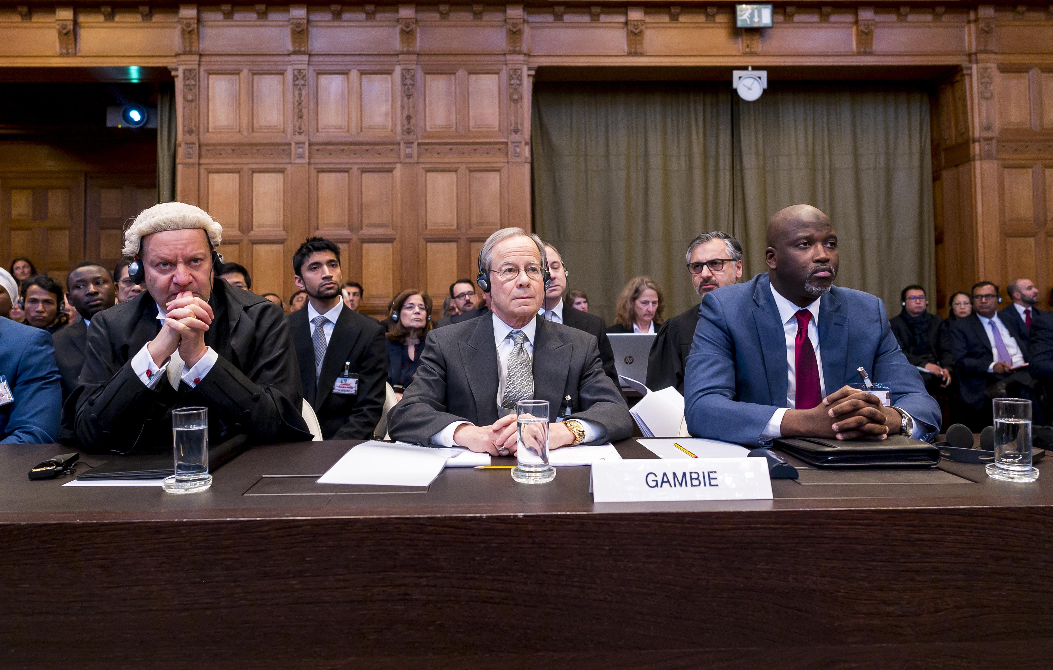 Le ministre gambien de la justice Abubacarr Tambadou (à droite) aux côtés de l'avocat Paul Reichler
