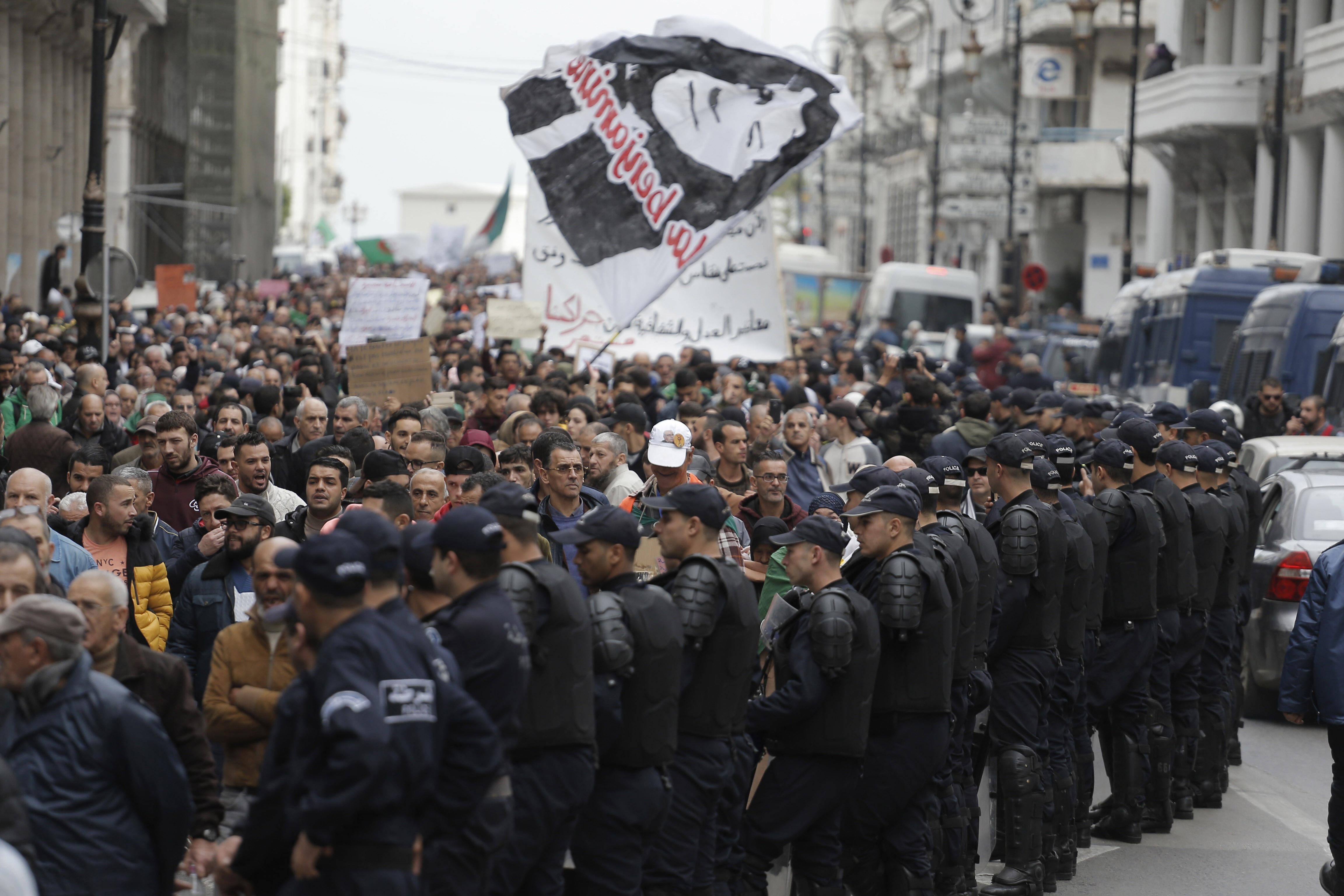 Des manifestants dans les rues d'Alger, mardi 17 décembre 2019.