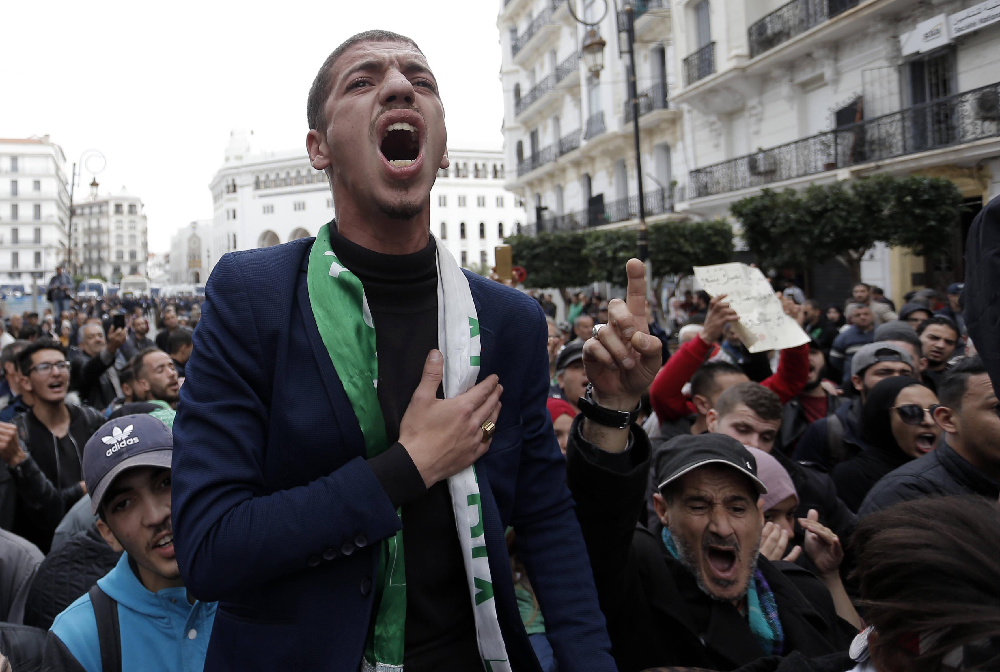 Un étudiant lors d'une manifestation à Alger, mardi 17 décembre 2019 (image d'illustration).