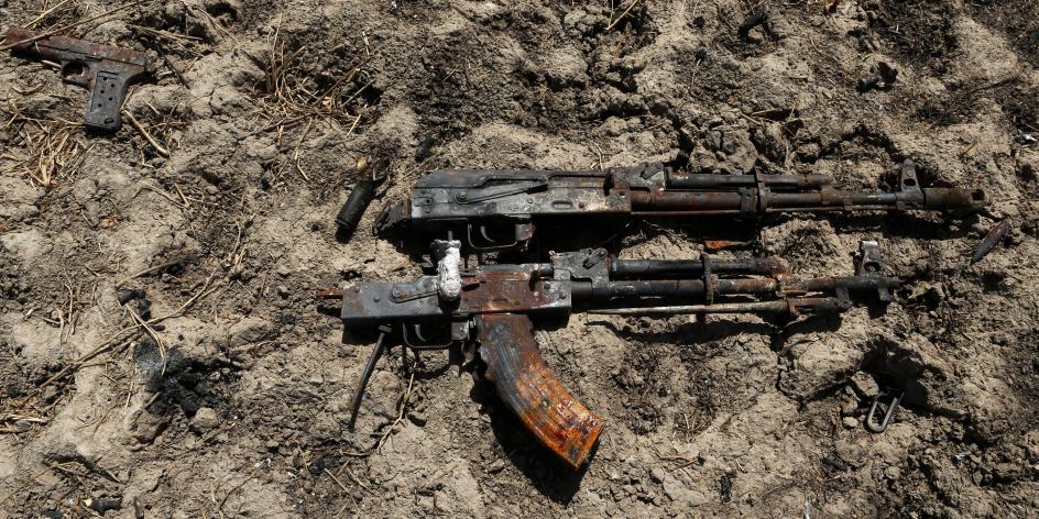 Des armes à proximité d'un véhicule jihadiste détruit, en Diabaly et Tombouctou, au Mali, en 2013 (illustration).
