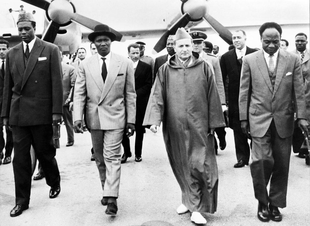 Le roi du Maroc Mohammed V (au centre) accueillant les leaders africains avant l'ouverture de la Conférence de Casablanca, le 3janvier 1961.