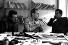 Le fondateur de Jeune Afrique, Béchir Ben Yahmed, entre Guy Sitbon (à gauche) et Mohamed Ben Smaïl (à droite), dans la salle de rédaction d'Afrique Action à Tunis, l'été 1960.