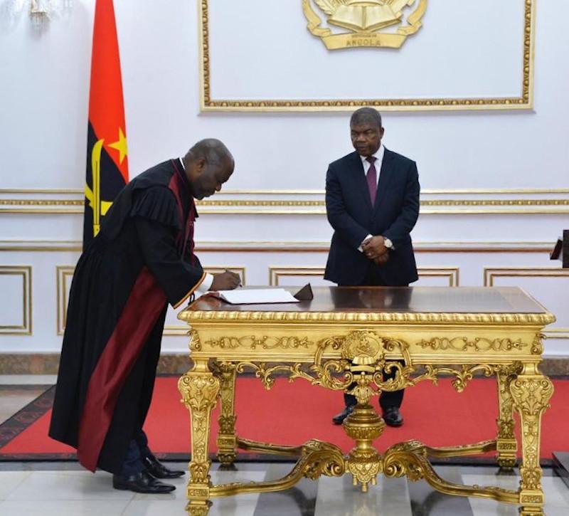 Le nouveau président du Tribunal suprême de Luanda, Joel Leornardo, et le président de la République angolais, João Lourenço
