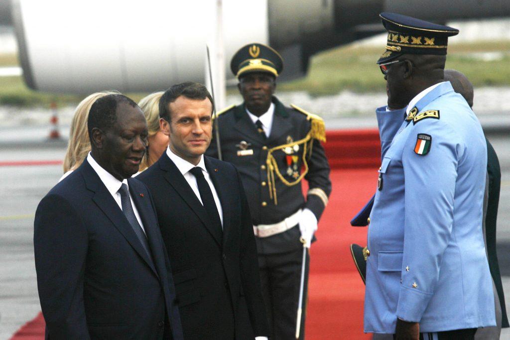 Le président français Emmanuel Macron (d) et le président de Côte d'Ivoire Alassane Ouattara, à l'aéroport d'Abidjan, le 20 décembre 2019.