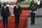 Le président ivoirien Alassane Ouattara accueillant son homologue français Emmanuel Macron, le vendredi 20 décembre 2019 à Abidjan.