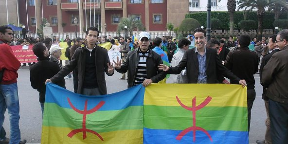 À l'occasion de Yennayer, des militants déploient des drapeaux amazighs devant le Parlement, à Rabat, en 2014.