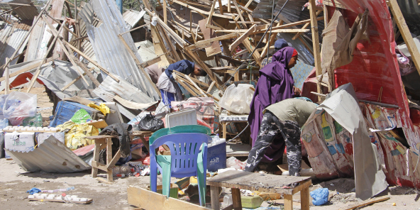 Des magasins ont été détruits après l'attentat à la voiture piégée à Mogadiscio, le 28 décembre 2019.