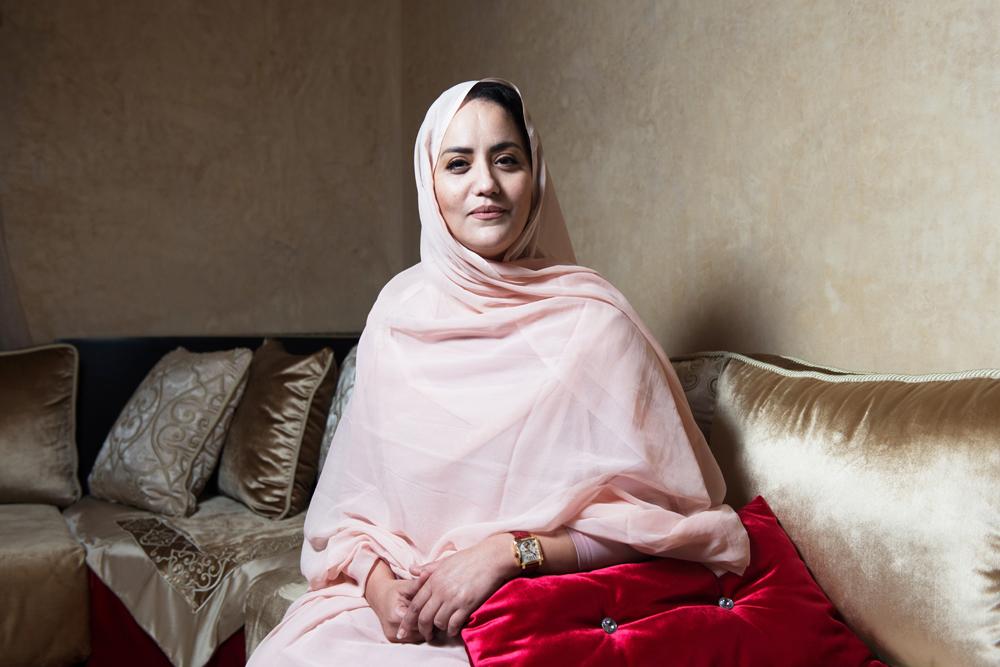 Hasna Abousaid, Casablanca, Maroc. Députée sahraouie du groupe politique USFP. Photographiée dans sa résidence à Casablanca.