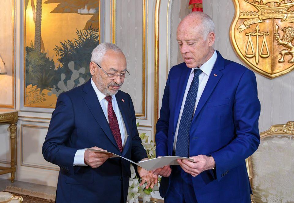 Le chef de l'Etat Kaïs Saïed livre la liste des membres du gouvernement proposés au président de l'Assemblée Rached Ghannouchi, le 2 janvier.