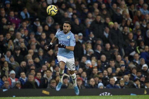 Riyad Mahrez sous les couleurs de Manchester City, évoluant dans la Premier League anglaise. Ici le 21 décembre 2019 contre Leicester