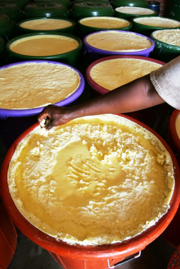 Contrôle de qualité par une femme de l'association Ragussi, à Tanghin-Dassouri, au Burkina.