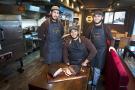 Restaurant – Steak House (Hallal), le Cave Man's Barbe B Que, à Bagnolet, créé et dirigé par Rafik Koudil (g) et Brahim Bahmed (assis). Vincent Fournier/JA