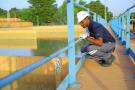 Un agent de la Société d'exploitation des eaux du Niger (SEEN), filiale de Veolia.