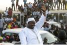 Le président gambien Adama Barrow salue la foule après son arrivée à l'aéroport de Banjul, en janvier 2017.