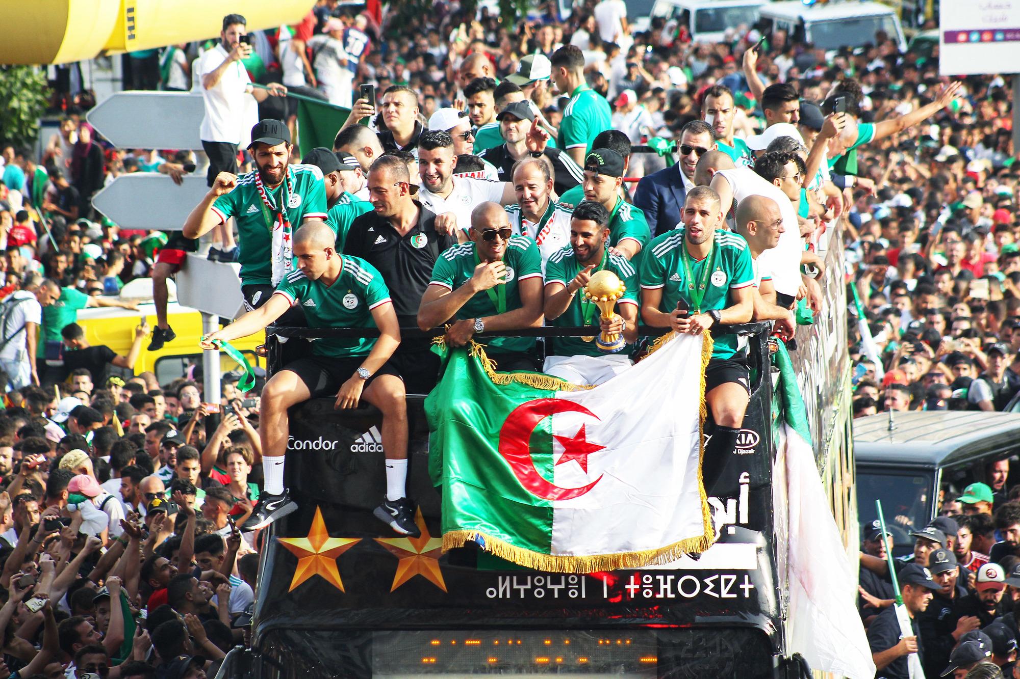 Les hymnes des supporters de foot sont devenus des chants de ralliement du Hirak... Ici, le retour triomphal de l'équipe algérienne après la CAN 2019.