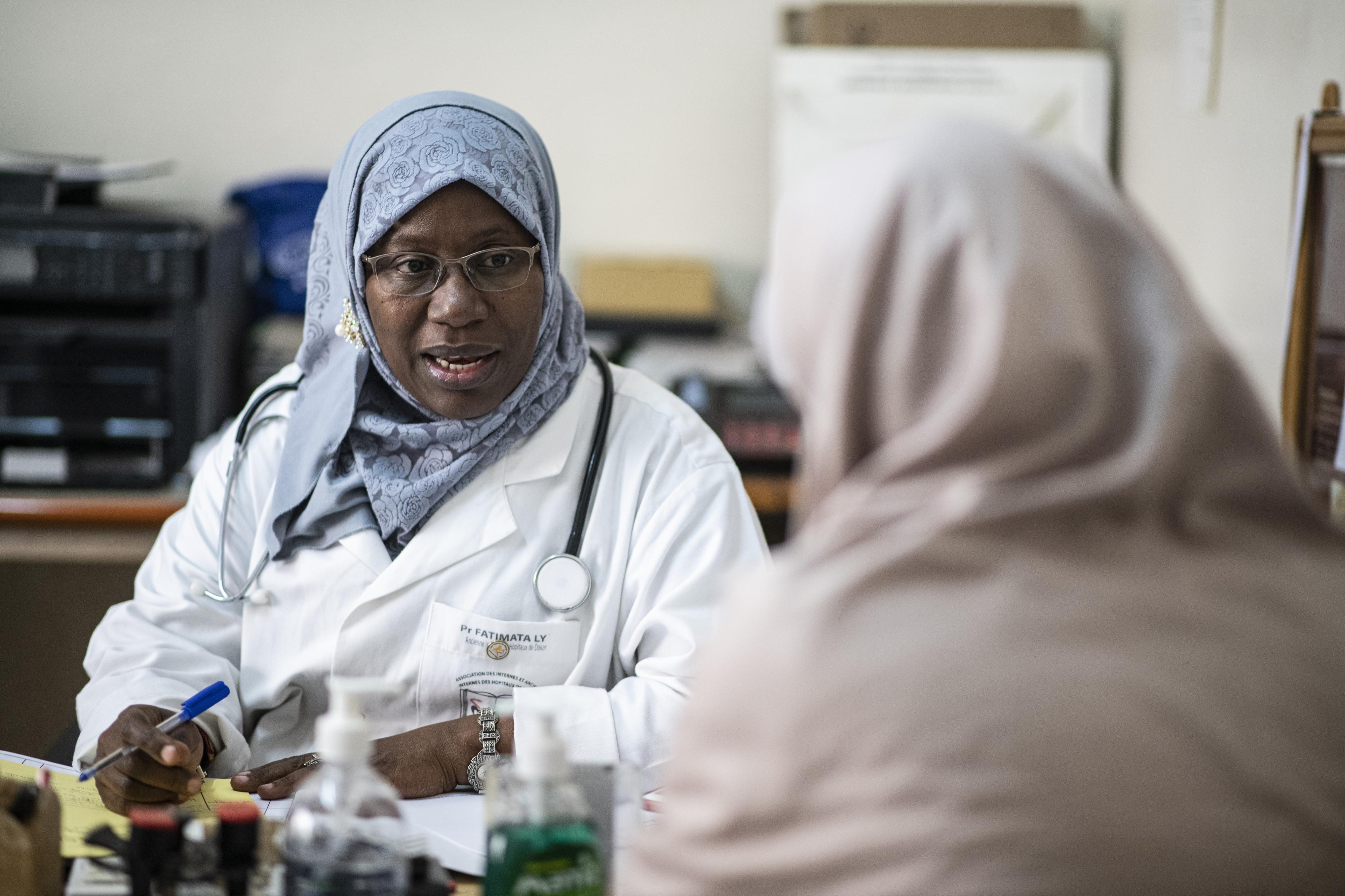 Le présidente de l'Association internationale d'information sur la dépigmentation artificielle (AIIDA), la professeure Fatoumata Ly, en consultation dans son cabinet à l'Institut d'Hygiene Sociale Polyclinik. Elle plaide pour l'interdiction de la vente des produits cosmétiques de dépigmentation afin d'éradiquer le phénomène croissant de ''la dépigmentation cosmétique volontaire (DCV)'' notée au Sénégal.