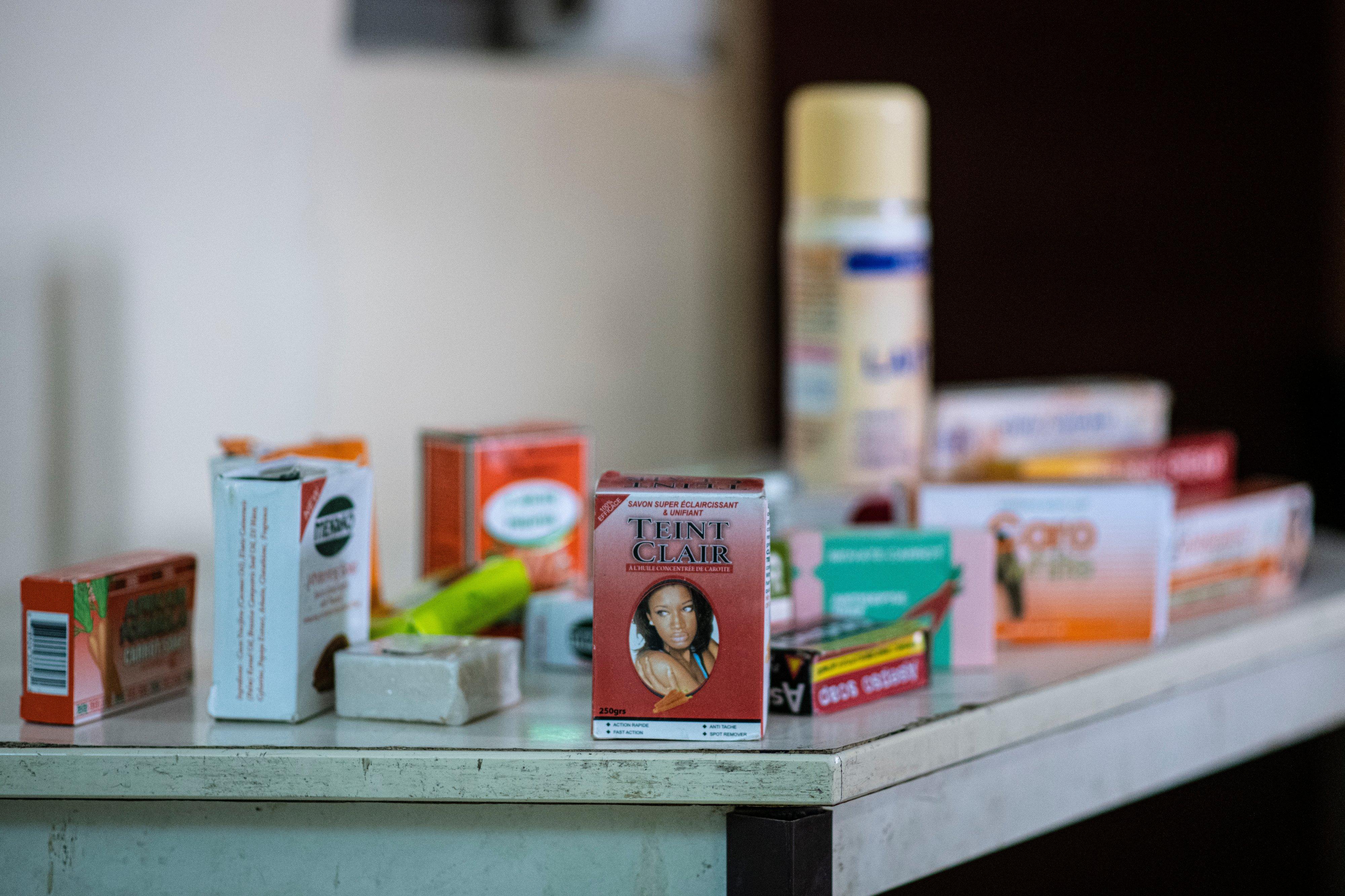 Échantillon de produits éclaircissants pour la peau, disponibles en vente libre dans les marchés et les pharmacies.