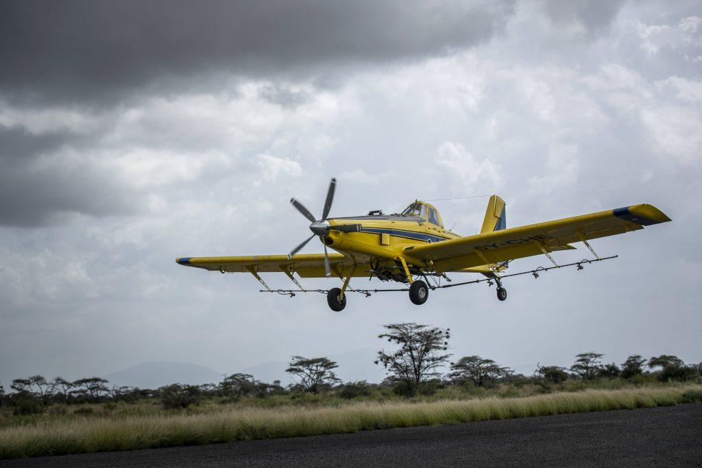 Un avion d'épandage d'insecticides tente de contenir l'avancée des essaims de criquets, dans le nord du Kenya, le 1er février 2020.