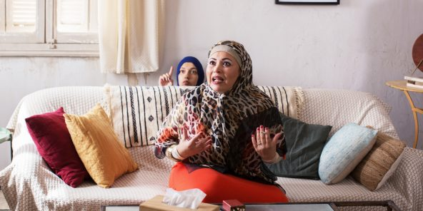 Ramla Ayari (Amel), sur le canapé, et Aïcha Ben Miled (Olfa).