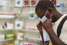 Un homme achète un masque pour se protéger du coronavirus, en Zambie, le 6 février 2020.