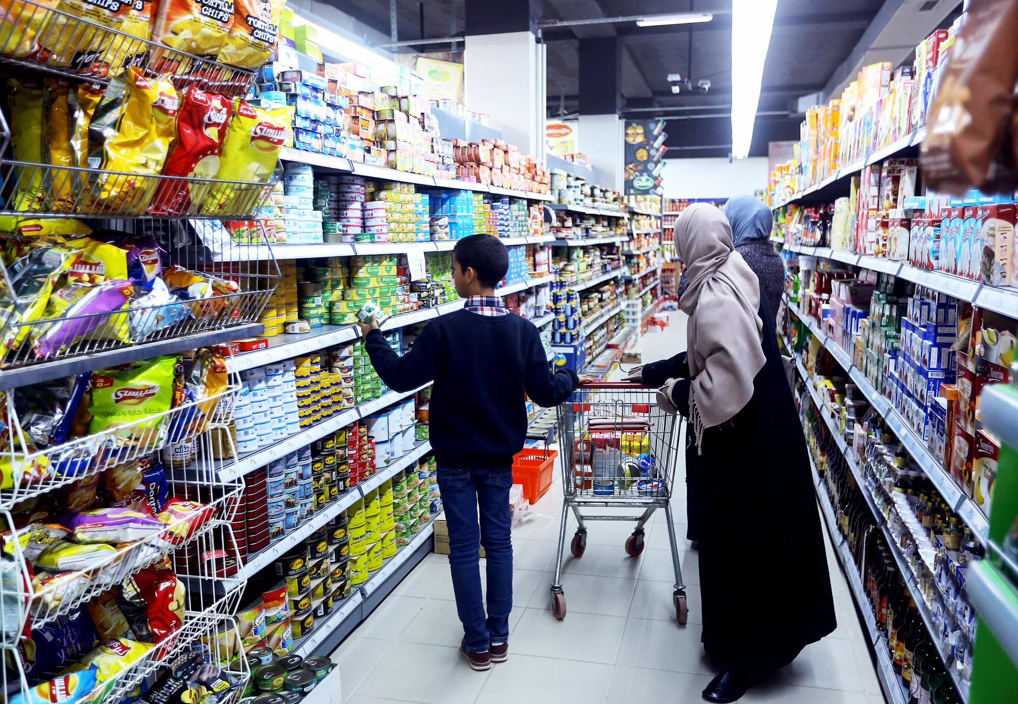 Les supermarchés ont racheté les stocks des magasins des faubourgs sud, fermés à cause des combats.