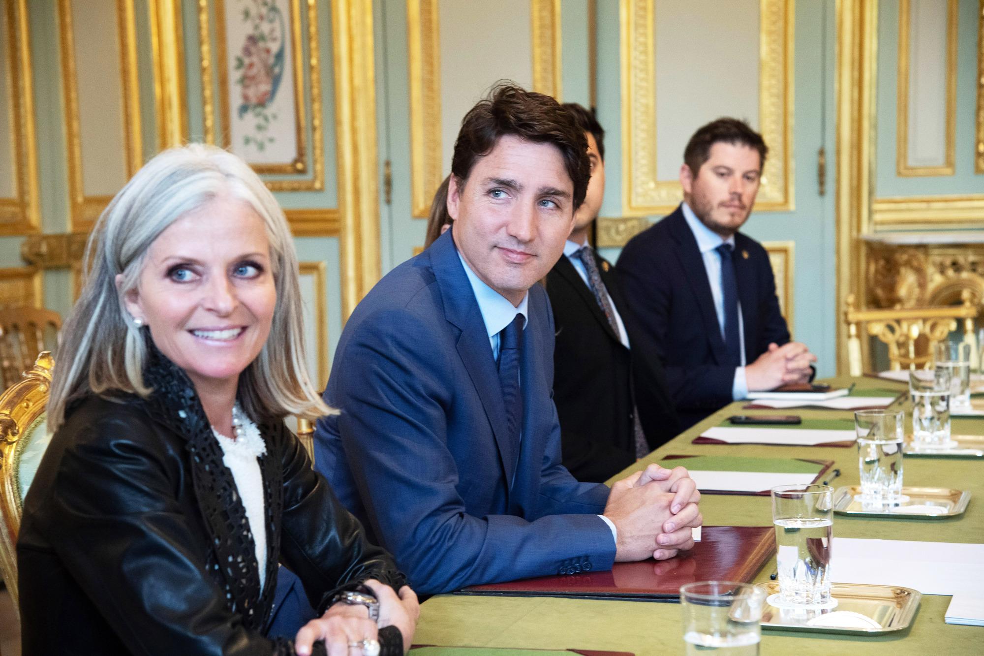 Isabelle Hudon, ambassadrice du Canda en France, à côté de Justin Trudeau.