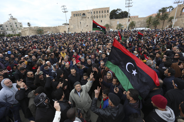 A Tripoli, des Libyens assistent aux funérailles de militaires, le 5 janvier 2020.